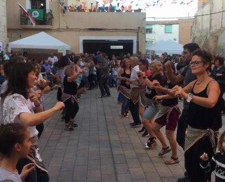 Imatge de la noticia Els joteros i joteres de la Ribera d'Ebre omplen la plaça de la Torre de l'Espanyol en la 8a Festa de la Jota