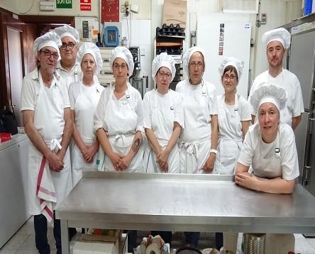 Imatge de la noticia Els alumnes del curs d'ajudant de Cuina i Rebosteria comencen les classes a l'obrador, després de finalitzar la part de cuina
