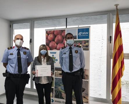 Imatge de la noticia La presidenta del Consell Comarcal de la Ribera d'Ebre i alcaldessa de Vinebre, Gemma Carim, condecorada pel cos de Mossos d'Esquadra