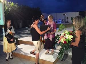La tivissana Teresa Saladié, en el moment de rebre el reconeixement Àvia Comarcal 2015.