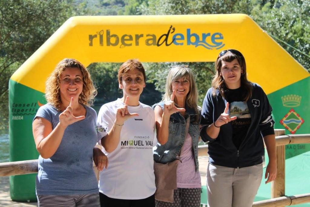 La presidenta del Consell Comarcal, Gemma Carim, amb la impulsora de la iniciativa a la Ribera d'Ebre, Cristina Vallespí, i les regidores de Vinebre Pili Ramos i Ariadna Servelló, fent el gest per l'ELA a la línia d'arribada de la cursa per l'Ebre.
