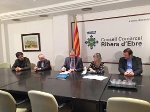 La presidenta de l'ens comarcal, Gemma Carim, i el director general d'ANAV, José Antonio Gago, signant el conveni per al 2015, en presència dels portaveus d'ERC, CiU i la FIC.