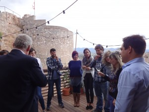 La presidenta del Consell Comarcal va tenir l'oportunitat de conèixer els productors durant el tast celebrat per determinar el cupatge del nou vi.