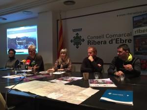 La presidenta del Consell Comarcal i els organitzadors de les dues curses d'hivern de la Ribera, a la seu del Consell.