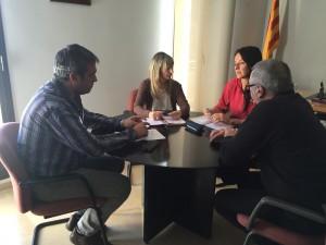 Els presidents dels consells de la Ribera d'Ebre i la Terra Alta, amb els representants de la Plataforma Trens Dignes, aquest matí a Móra d'Ebre.