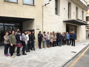 La presidenta comarcal, Gemma Carim, amb els treballadors del Consell han expressat el seu condol amb un minut de silenci aquest migdia.
