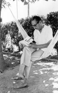 L'escriptor Artur Bladé, en una imatge al seu poble natal, Benissanet, feta per un altre personatge destacat del segle XX a la Ribera d'Ebre: Carmel Biarnés.