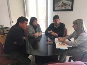 La presidenta comarcal, en una reunió prèvia al viatge amb els empresaris del sector de la fruita dolça.