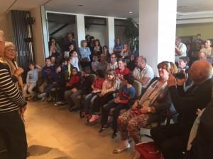 La sala d'actes es va quedar petita per acollir familiars i amics dels nens guanyadors del concurs.