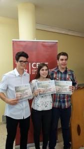 Els joves guanyadors del Premi de Treballs de Recerca, després de recollir el premi.