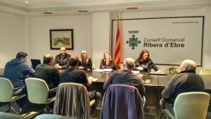 La presidenta comarcal i els tècnics encarregats de la formació i el funcionament del programa, en la primera jornada del Pla d'Ocupació.