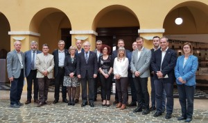 La presidenta de la Ribera d'Ebre, amb la resta de presidents comarcals i el president de la Diputació, despres de la signatura del conveni.