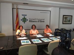 La consellera, acompanyada de les tècniques comarcals de l'àrea, en la presentació del nou servei de mediació i les normes per a la convivència.