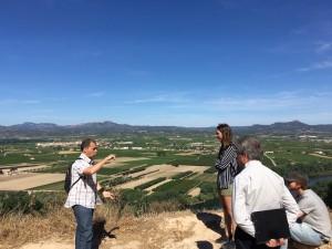 Durant la visita al Castellet de Banyoles, al terme de Tivissa, han pogut divisar el paisatge de la Ribera.