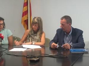 la presidenta del Consell Comarcal i el gerent de l'ICS a les Terres de l'Ebre, signant el conveni.