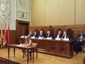 La presidenta comarcal, durant la signatura del manifest en suport al projecte del CRT.