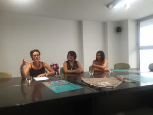 La presidenta de Lo Fardell Patxetí, amb la consellera de Cultura i l'alcaldessa de Garcia, aquesta matí en la presentació de la festa.
