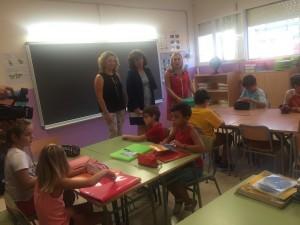 La directora territorial d'Ensenyament, Manolita Cid, acompanyada de la regidora de Vinebre, Pili Rams, han inaugurat el nou curs a l'escola riberenca Les Eres.