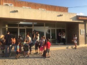 Els 35 alumnes de l'escola Vinebre, puntuals, a la porta de l'escola Les Eres a les 9 del matí per començar el curs escolar 2016/2017.