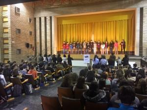 El públic que omplia el teatre ha aplaudit una llarga estona i fins i tot s'ha posat dempeus per aplaudir l'actuació dels alumnes de 3r d'ESO.