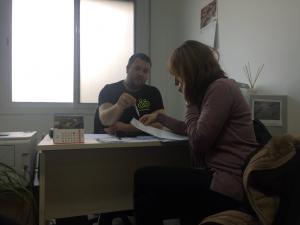 Ferran Saladié a la seva consulta, amb la tècnica del Servei d'Emprenedoria del Consell Comarcal de la Ribera d'Ebre.