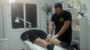 Ferran Saladié realitzant un tractament a un dels seus pacients.