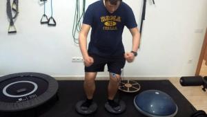 Un dels pacients del Ferran exercitant-se a l'àrea de rehabilitació de la seva consulta.