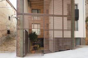 Façana de la Casa del Castell, un projecte constructiu pioner situat al nucli antic de Móra d'Ebre.