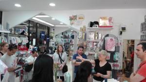 La visita als comerços els permet conèixer la realitat del sector comarcal.