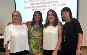 D'esquerra a dreta: Maite Ferré, tutora; Mar Carranza, directora de l'Institut de Flix; Helena Casadó, alumna; i Carme Gracia, tutora.