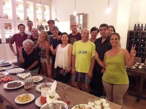 Foto de grup dels alumnes participants en el curs de cuina i rebosteria, durant la demostració a l'Hostal la Creu.