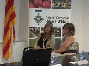 La presidenta comarcal i la consellera, durant la presentació.
