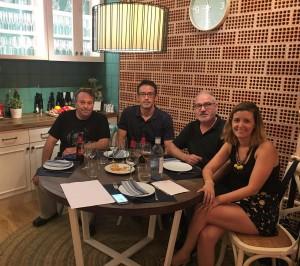 L'escriptor Andreu Carranza, al costat de la periodista riberenca Adriana Monclús, i els dos guanyadors.