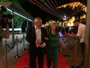 L'alcaldessa i presidenta comarcal a la seva arribada a la Sala del Cine, acompanyada del delegat del Govern a les Terres de l'Ebre.
