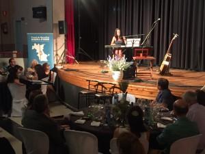 La cantautora ebrenca Montse Castellà va protagonitzar l'actuació musical de l'acte.