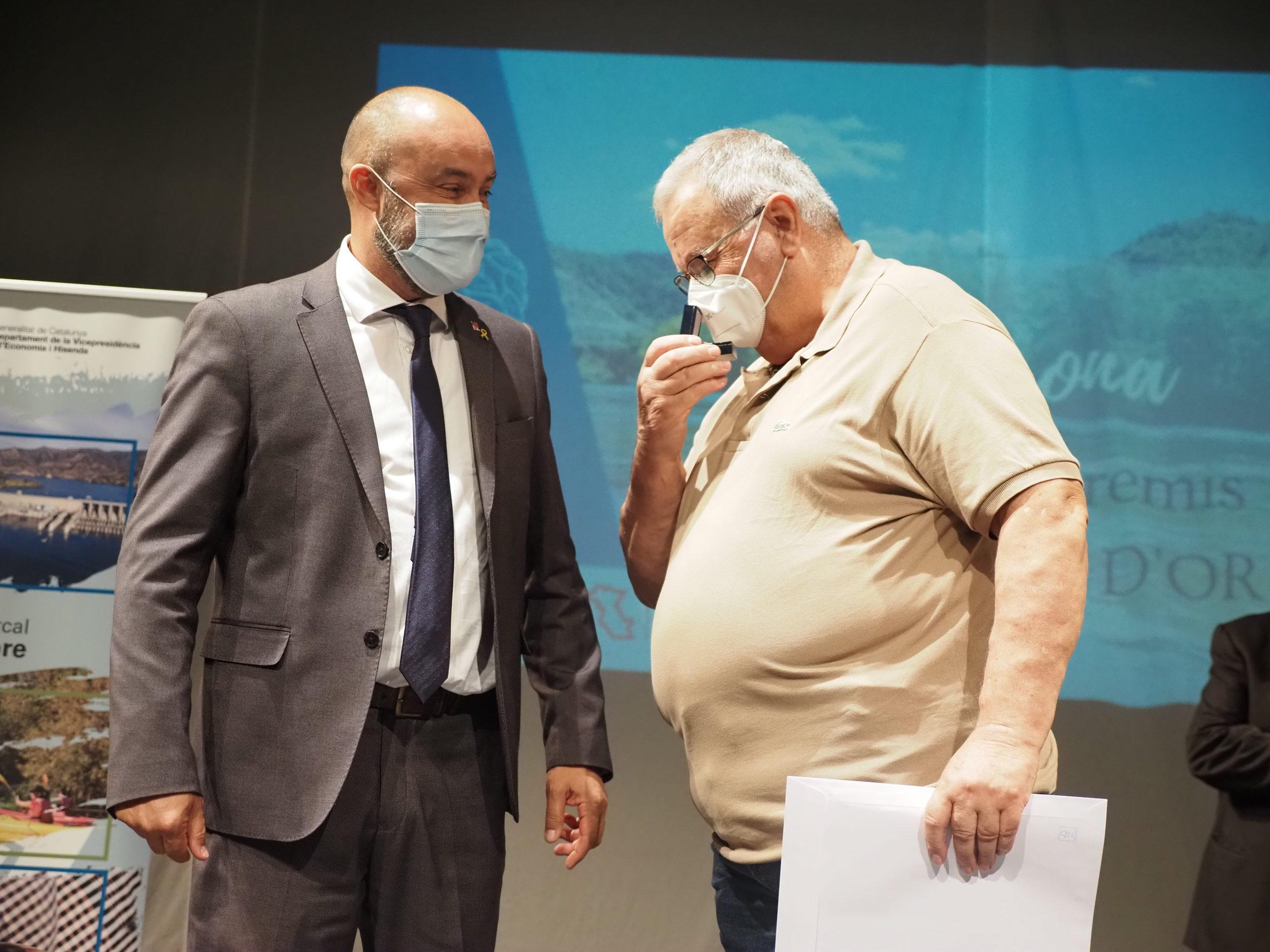 Aquesta imatge té l'atribut alt buit; el seu nom és Premis-Sirga-dOr-2020_-Albert-Salvado-delegat-del-govern-i-Josep-Maria-Pros-premiat-categoria-persona-scaled.jpg